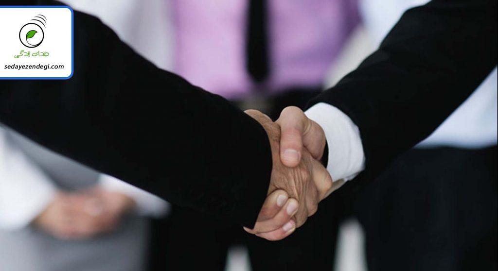 آداب معاشرت را در مناسبتها و مکانهای اجتماعی رعایت کنید.
